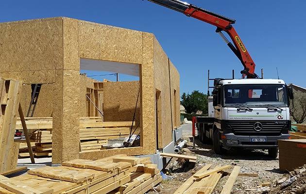 Transport des pans de murs avec le camion grue Arbâts