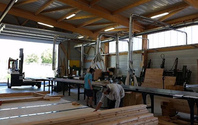 Fabrication de pans de murs en bois dans l'atelier Arbâts