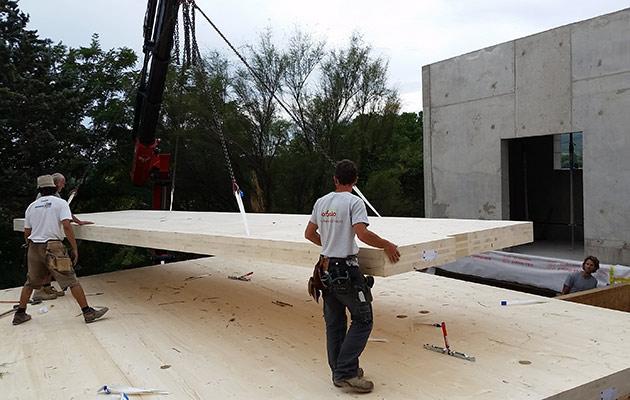 Equipe Arbâts levant des panneaux bois