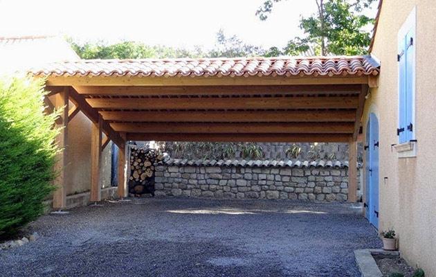 Carport ou abri voitures bois au style traditionnel